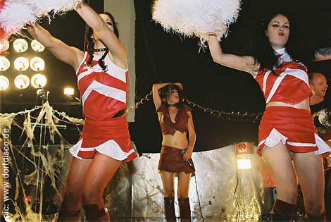 Cheerleaders: Kamikaze Britney, Mignon (back), Weird Barbie, Michael Tewes (Gitarre)